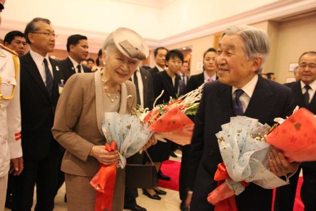 Đông đảo người Nhật tại Việt Nam có mặt chào đón Nhà vua và Hoàng hậu