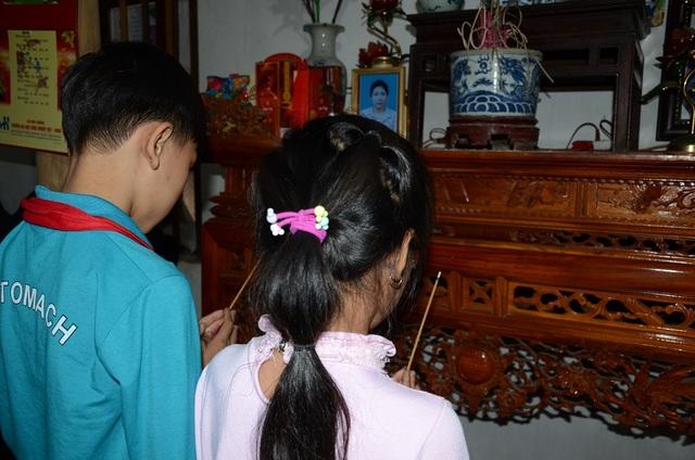 Có lẽ vì sợ bọn trẻ quá đau buồn, phần vì nhà quá chật chội nên gia đình đã xin với dòng họ cho mang di ảnh của mẹ bọn trẻ lên trên nhà thờ họ