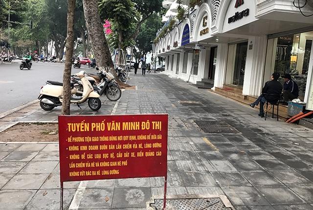 Tuyến phố văn minh đô thị gần hồ Hoàn Kiếm sạch sẽ, tinh tươm. Khác với mọi ngày, sáng nay người dân để xe trên tuyến phố này đúng vị trí được quy định.