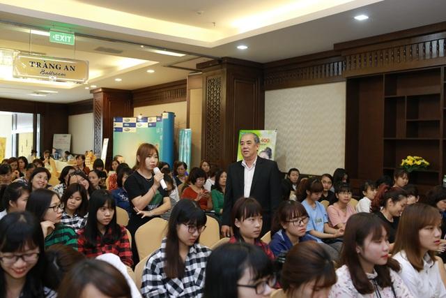 BS. Nguyễn Thành gần gũi chia sẻ kiến thức và giao lưu, giải đáp thắc mắc của các chị em phụ nữ.