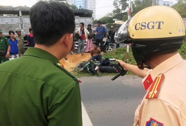 CSGT đang làm thủ tục bàn giao nghi can cướp tài sản cho đại diện Công an phường Linh Trung, quận Thủ Đức.