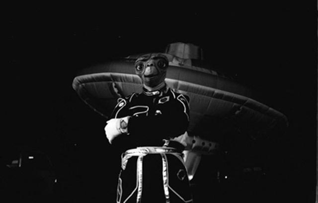 """Tỷ phú Richard Branson mượn chiếc mặt nạ E.T. của người bạn đồng hành để chụp hình lưu niệm bên khinh khí cầu """"đĩa bay""""."""