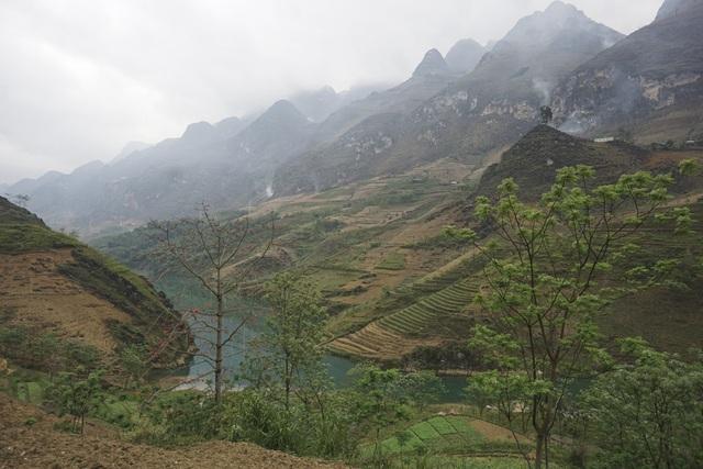 Một đoạn dòng chảy dưới chân dãy núi cao mây phủ thuộc địa phận xã Giàng Chu Phìn, cảnh sắc hoang sơ. Tại đây sông Nho Quế tạo thành một ranh giới tự nhiên phân chia 2 xã Xín Cái và Giàng Chu Phìn của huyện Mèo Vạc.