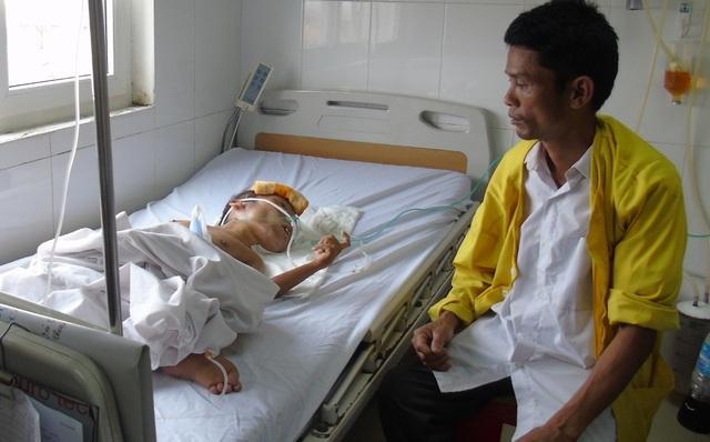 Anh Hùng (anh trai anh Cường) dù tàn tật nhưng vẫn cố gắng lê đôi chân yếu ớt của mình vào bệnh viện chăm sóc em trai.