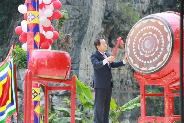 Ông Đào Việt Trung, Ủy viên TƯ Đảng, Bộ Trưởng, Chủ nhiệm Văn phòng Chủ tịch nước đánh trống khai mạc lễ hội Tràng An.