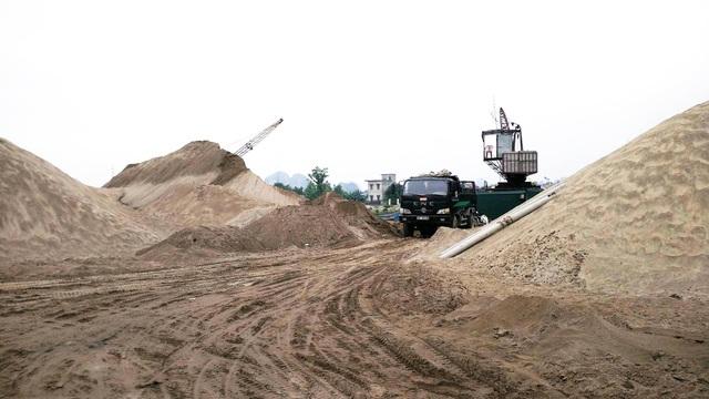 Từ các bãi cát ven sông, hệ thống đường đi được nối thẳng lên đê. Xe tải ra vào các bãi cát ngày ngày chạy ầm ầm trên mặt đê.