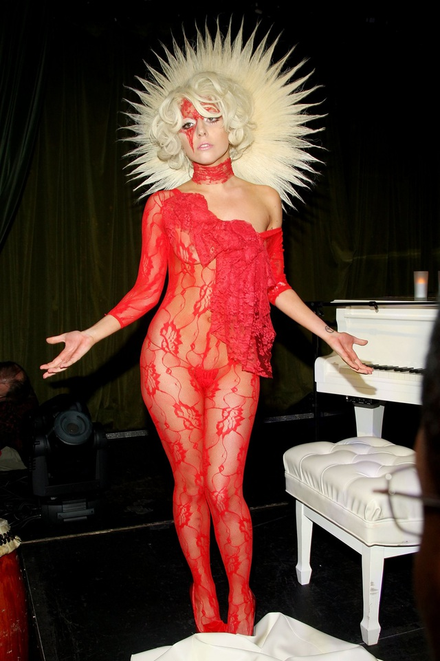 Phong cách trang phục của Gaga thuở mới tạo dựng được tên tuổi trong giới showbiz đã gây nên không ít tranh cãi. Mỗi lần nữ ca sĩ xuất hiện là một lần các trang tin giải trí phải… đưa tin bởi chắc chắn Gaga sẽ không bỏ lỡ cơ hội trưng trổ một bộ trang phục kỳ dị.