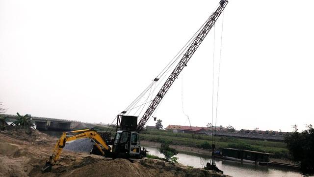 Bãi cát lậu của hộ ông Trần Văn Hiển nằm sát chân đê hữu sông Đáy, cạnh với Âu Xanh.