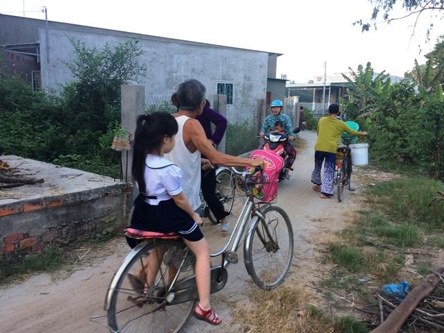 Đường dẫn vào cổng phụ trường tiêu học A Mỹ Hội Đông nhỏ, các phụ huynh phải chen nhau