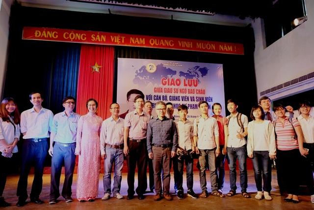 GS Ngô Bảo Châu cùng các cán bộ, giảng viên, sinh viên ĐH Sư phạm Đà Nẵng