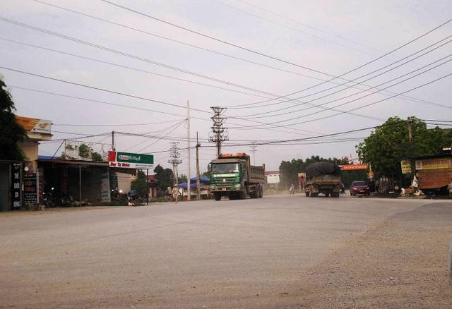 Từng tập đoàn xe quá tải lưu thông trên đường.