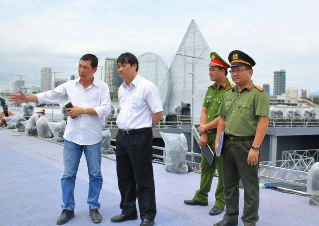 Ông Đặng Việt Dũng - Phó Chủ tịch Thường trực UBNDTP Đà Nẵng kiểm tra thực tế công tác chuẩn bị cho lễ hội pháo hoa ở khu vực sân khấu chính