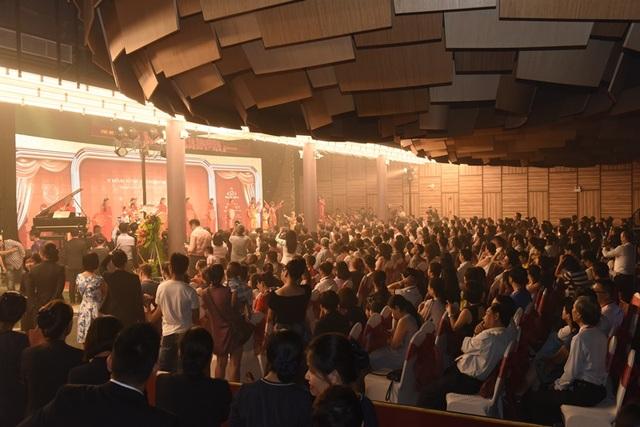 Hàng trăm người đến tham dự lễ ra mắt The Symphony