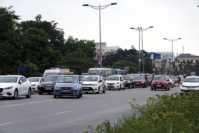 Các nhân viên trông xe tại bãi gửi ô tô đường Bưởi liên tục nói với khách đã hết chỗ để.