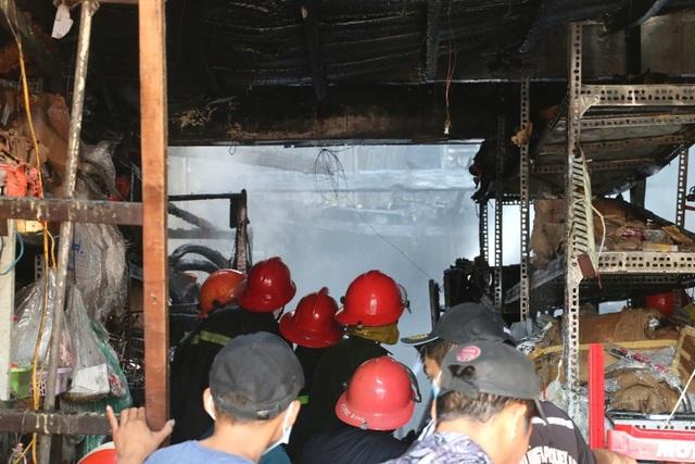 Sau hơn 2 giờ lực lượng chức năng mới khống chế hoàn toàn vụ hỏa hoạn.