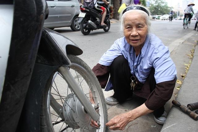Dù đã gần 90 tuổi nhưng cụ vẫn thuần thục bơm, vá xe không khác gì thợ lành nghề, chuyên nghiệp. (Ảnh: Hà Trang)
