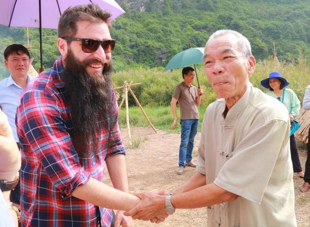 Trước khi đến tận nhà riêng thăm hỏi, Đại sứ du lịch Việt Nam cũng đã gặp ông Tộc trưởng Lâm tại làng thổ dân trong phim trường Kong (khu du lịch Tràng An)