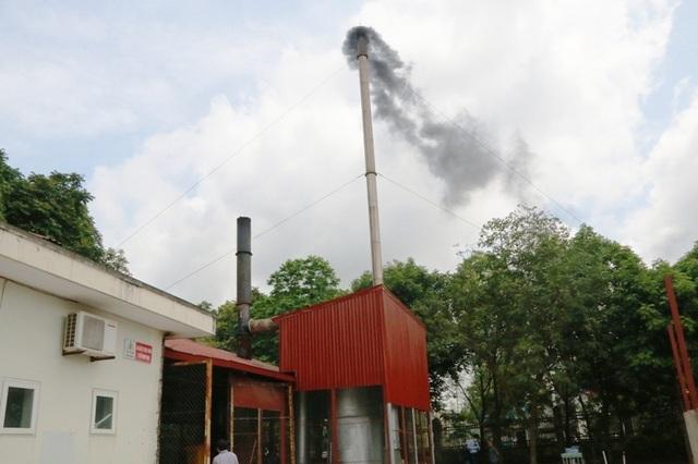 Bệnh viện thông báo cải tạo xong nhưng ống khói của lò đốt vẫn thải ra khói đen kịt, mùi khét lẹt.