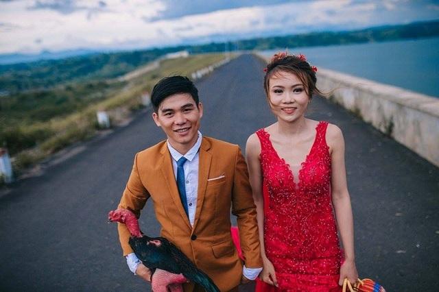 Về phía cô dâu Huỳnh Thị Ý Chung, khi nghe về ý tưởng của bộ ảnh cưới đã nhanh chóng đồng ý, thậm chí Ý Chung còn chủ động đề nghị chuẩn bị một cái giỏ thật đẹp để làm phụ kiện cho chú gà.