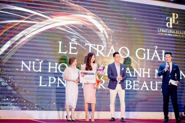 """Diễn viên Việt Anh và giám đốc Nhật Linh trao giải """" Nữ hoàng doanh nhân"""" cho hai nữ đại lý tài sắc vẹn toàn của LP Natural Beauty Viet Nam"""