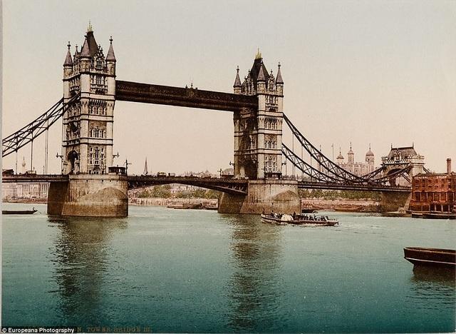 Cầu Tower ở London (Anh) - một điểm nhấn kiến trúc nổi tiếng của thành phố sương mù - hồi thập niên 1890, ngay sau khi việc xây dựng vừa hoàn thành.