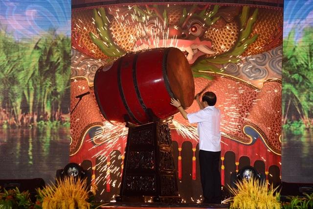Ông Đinh Văn Vui, Tổng giám đốc công viên văn hóa Suối Tiên đánh trống khai hội.