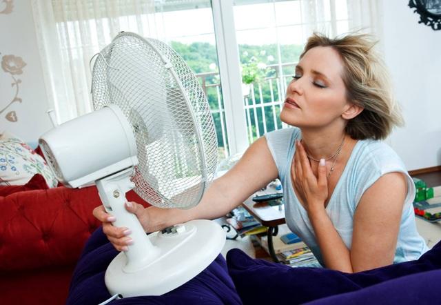Nhiều người phát ngốt khi càng bật quạt thì càng thấy nóng