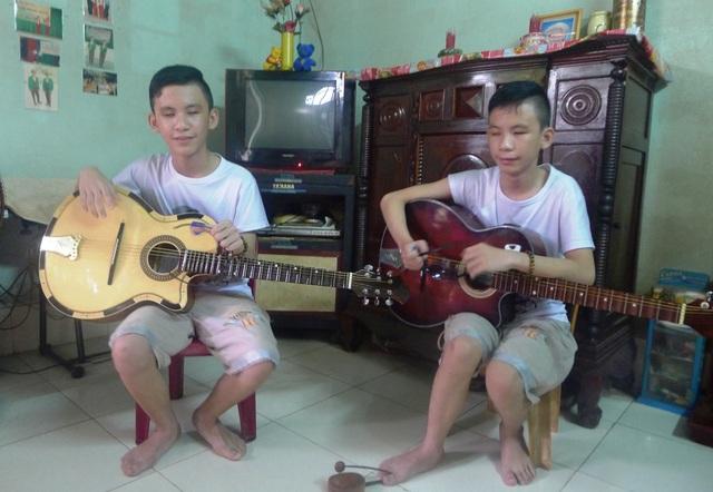 Hai anh em Trường (bên trái), Thọ (bên phải) ngoài đam mê học đàn cổ nhạc, hai anh em còn thích học đàn organ... nhưng cây đàn hai em tập từ bé đã bị hư phím