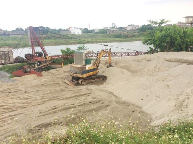 Bãi cát lậu hộ ông Trần Văn Quyết cũng đã bị hạ cẩu, yêu cầu dừng hoạt động, giải tỏa trả lại nguyên hiện trạng ban đầu cho hành lang thoát lũ bảo vệ đê.
