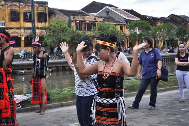 Người dân và du khách rất hào hứng tham gia trải nghiệm điệu múa