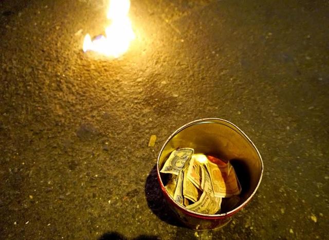 Trước nhiều người cho tiền vì thấy mình diễn trò lạ và nguy hiểm. Bây giờ thì nhiều người diễn và cũ rồi nên cũng ít người cho tiền, chị Sen tâm sự.