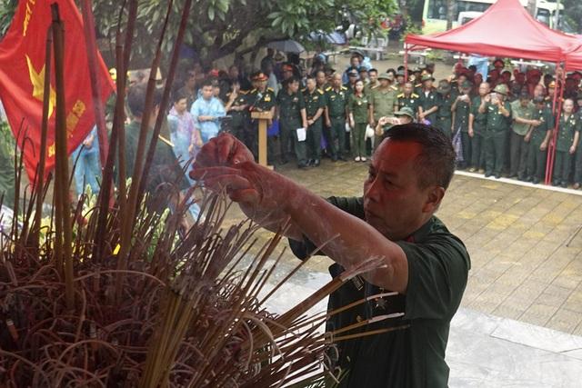 Cựu binh Nguyễn Ngọc Thạch dâng hương tưởng nhớ đồng đội. Anh Thạch không thể quên được trận đánh ngày 12/7 vì đúng ngày sinh nhật mình. Anh Thạch nhập ngũ năm 1983, thuộc trung đội 12,7mm, D7, E149, F356, hiện là trưởng ban liên lạc của các cựu binh F356 tại Hà Nội.