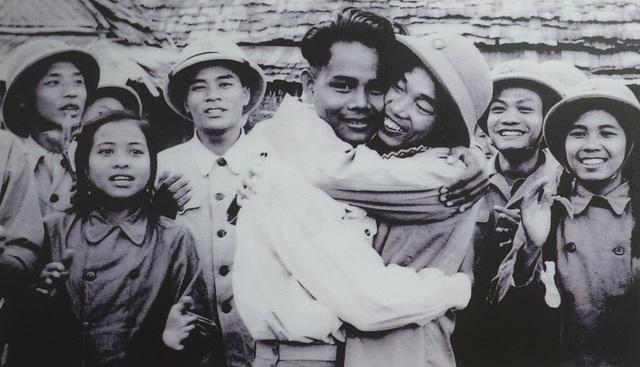 Hình ảnh cảm động khi bộ đội tình nguyện Việt Nam chia tay các bạn Lào trước lúc trở về nước, năm 1961.