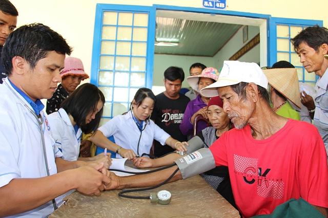Bác sĩ trẻ tại Đắk Lắk khám bệnh cho bà con, gia đình chính sách tại địa bàn