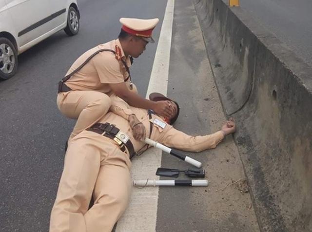 Thượng úy Đức chấn thương khá nặng sau khi bị tài xế Hưng hất xuống đường.