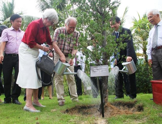 GS. Gerardt Hooft cùng phu nhân trồng cây lưu niệm tại vườn cây Nobel