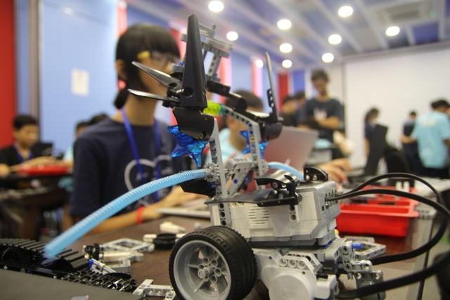 Sau đó, các em sẽ tự điều khiển robot của mình tham gia phần thi của Ban tổ chức.