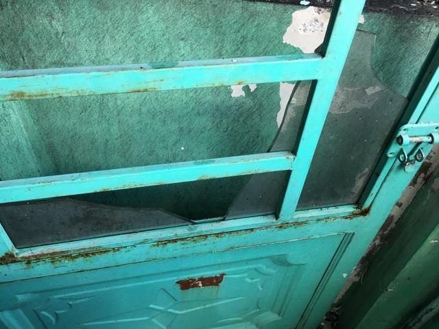 Sức nóng của vụ cháy làm vỡ kính cửa nhà ông Hải.