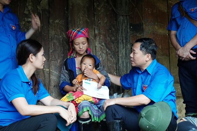 Đoàn công tác thăm, hỗ trợ các gia đình có người thân bị mất; thăm các nạn nhân bị thương do lũ quét đang điều trị tại Bệnh viện đa khoa huyện Mù Cang Chải.