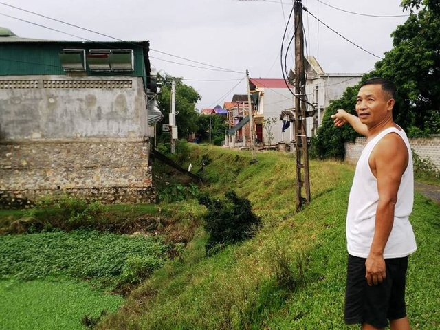 Nhà máy chế biến nhựa của Công ty Hằng An đặt trên đất của cơ sở Trọng Hậu nằm sát khu dân cư, chưa được cấp phép nhưng vẫn ngang nhiên hoạt động 2 tháng qua.
