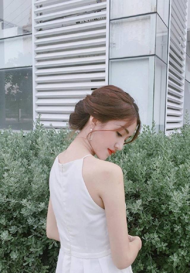 Bên cạnh chụp ảnh, Mỹ Uyên còn là một cô gái mê du lịch và ca hát, Uyên cũng thường xuyên cover các ca khúc mình yêu thích trên trang cá nhân.