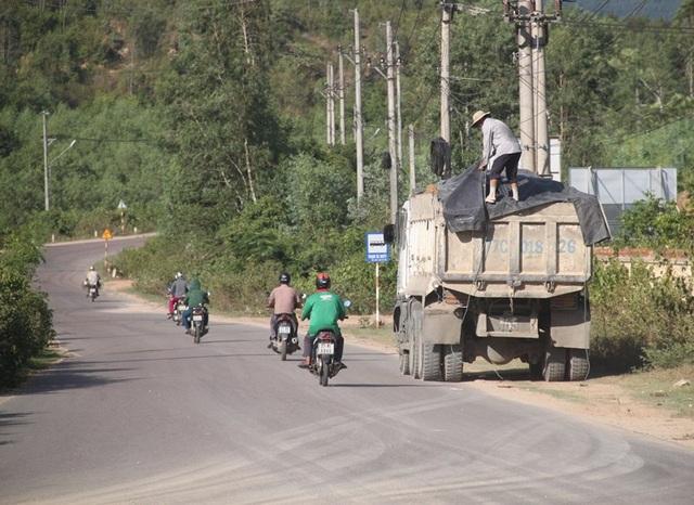 Xe tải chở đất cơi nới thùng, có ngọn chạy tung hoành trên đường nhưng lực lượng chức năng chẳng thấy đâu?