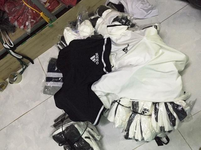 Tạm giữ nhiều quần áo nghi giả nhãn hiệu nổi tiếng - 3