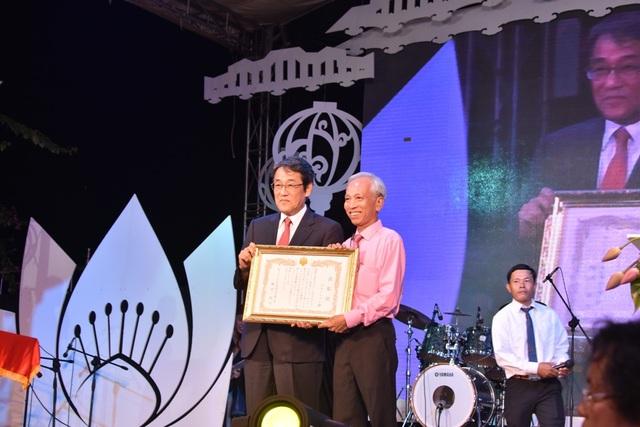 Đại sứ Nhật Bản tại Việt Nam tặng bằng khen cho Trung tâm Văn hóa Hội An vì những nỗ lực trong tổ chức đêm giao lưu