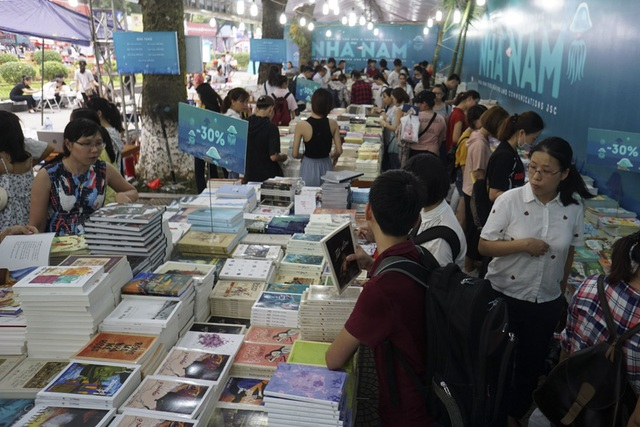 Một gian hàng sách thu hút rất đông các bạn trẻ.