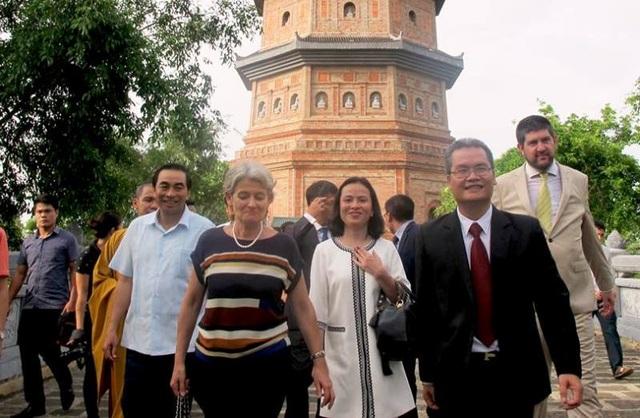 Bà Irina Bokova vui mừng trong lần đầu đến thăm danh thắng Tràng An.