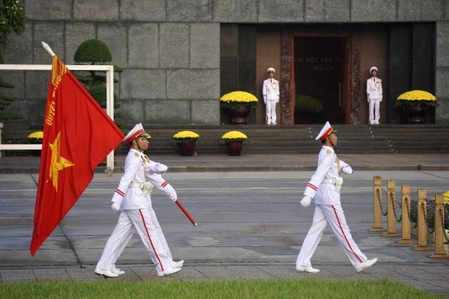 Đội nghi thức mang Quân kỳ quyết thắng tiến về trung tâm quảng trường Ba Đình.