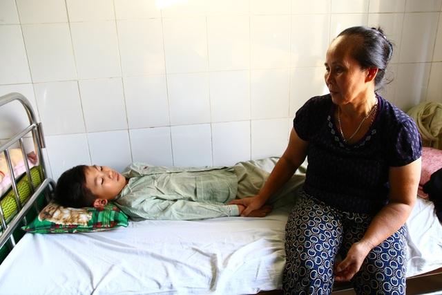 Chị Viễn bần thần bên cạnh người con trai cuối cùng đang mắc bệnh hiểm nghèo có nguy cơ tử vong như 4 con trai trước của chị