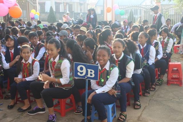 Nụ cười rạng rỡ của học sinh dân tộc thiểu số trong lễ khai giảng - 4