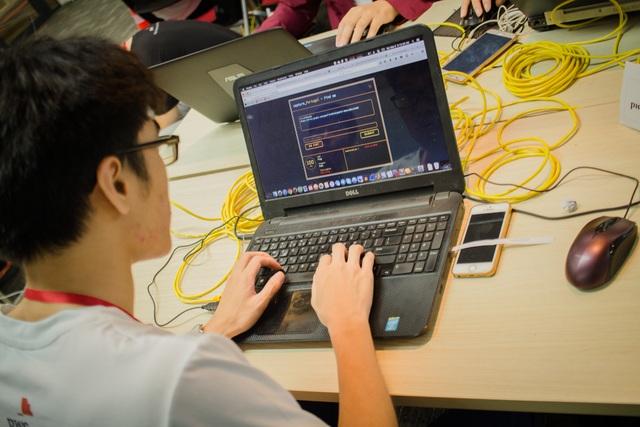 Một sinh viên đang chăm chú làm bài thi.